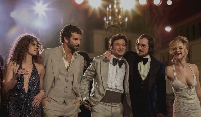 "Amy Adams, Bradley Cooper, Jeremy Renner, Christian Bale och Jennifer Lawrence får vid varandra i ""American Hustle""."
