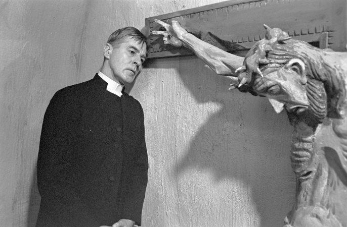 Gunnar Björnstrand står intill ett stort krucifix i Nattvardsgästerna, en av Ingmar Bergmans bästa filmer.
