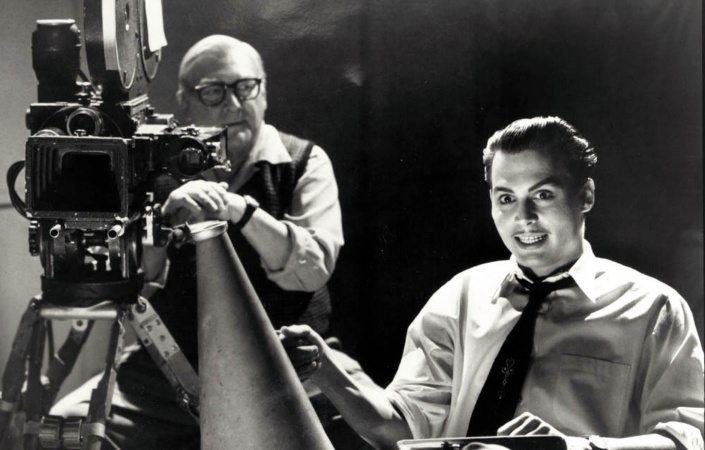 Johnny Depp sitter i registolen som i Ed Wood under en filminspelning.