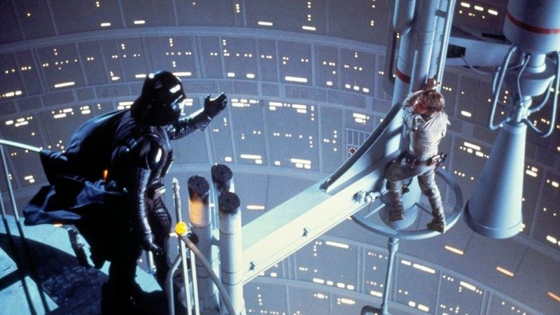 """Darth Vader sträcker ut sin hand mot Luke i den ikoniska fäktningsscenen i """"Star Wars: The Empire Strikes Back"""""""