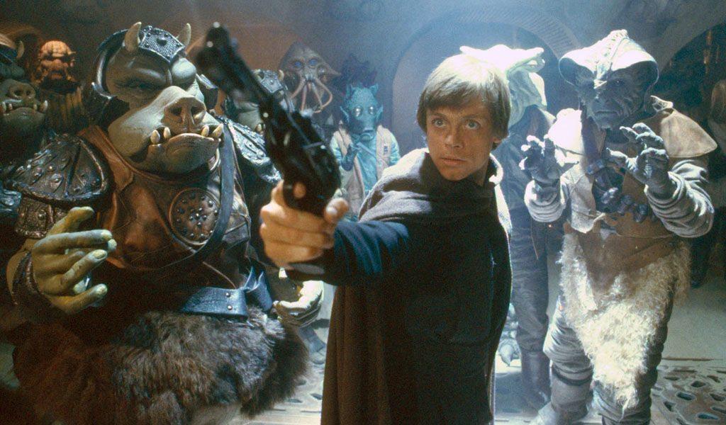 Luke Skywalker håller i en pistol hemma hos Jabba.