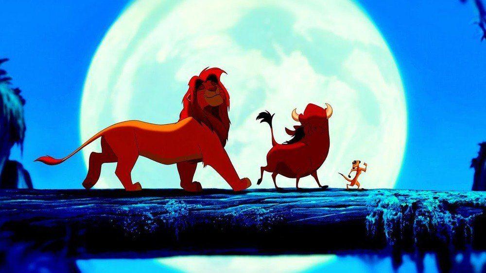 Simba, Timon och Pumba går över ett fallet träd.