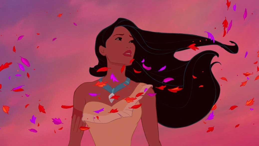 Pocahontas står i solnedgången med löv blåsande i sitt hår.