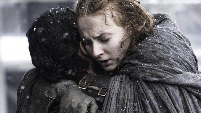 Jon Snow och Sansa Stark kramas i Game of Thrones.