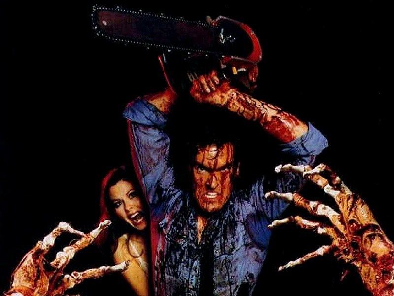 """Bruce Campell håller upp en motorsåg i """"Evil Dead"""""""