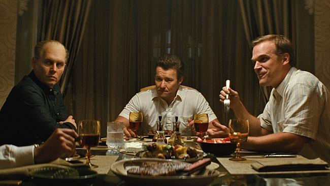 Jonny Depp, Joel Edgerton och David Harbour i Black Mass (2015).