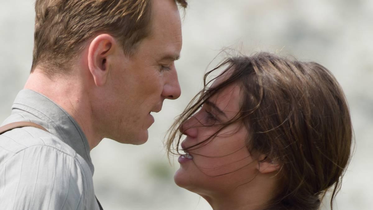 Bild på Alicia Vikander och Michael Fassbender i Fyren mellan haven.