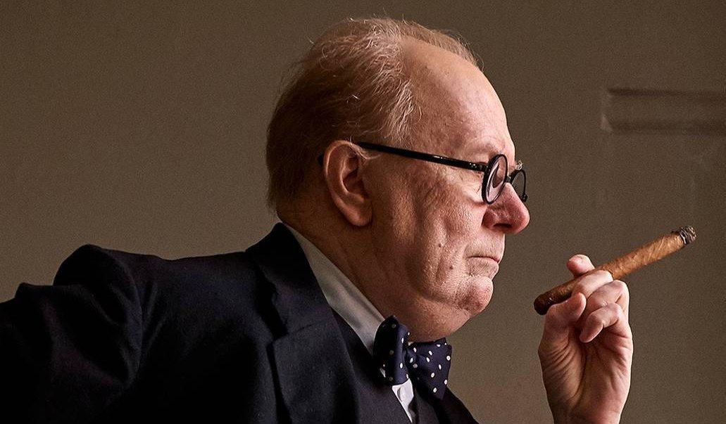 Winston Churchill röker en cigarr - bästa filmtipsen 2018