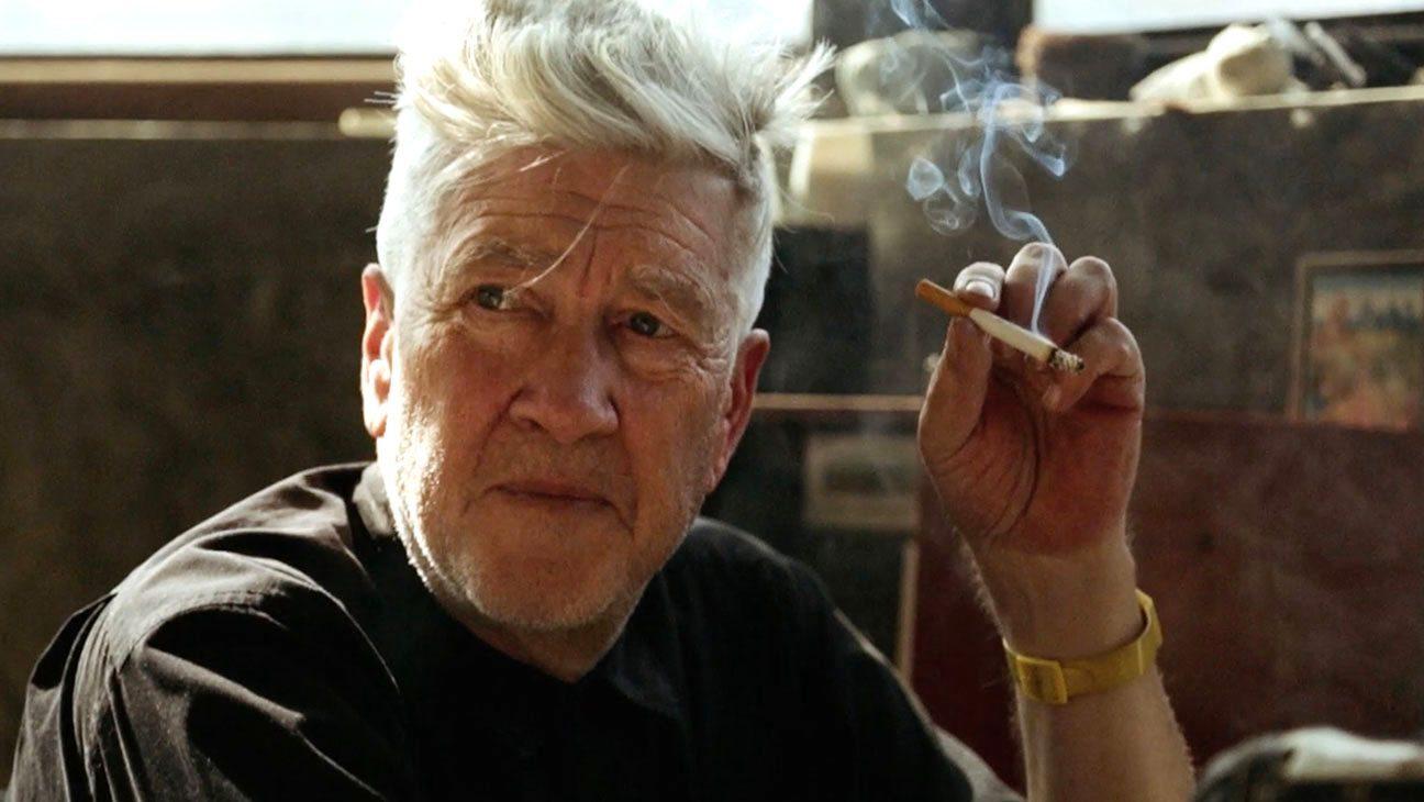 """David Lynch rökandes en cigarett. Regissör till bl.a. """"Eraserhead"""", """"Lost Highway"""" och """"Mulholland Drive""""."""