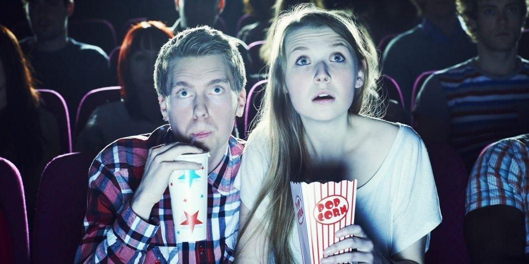 Ett par som ser på bio.