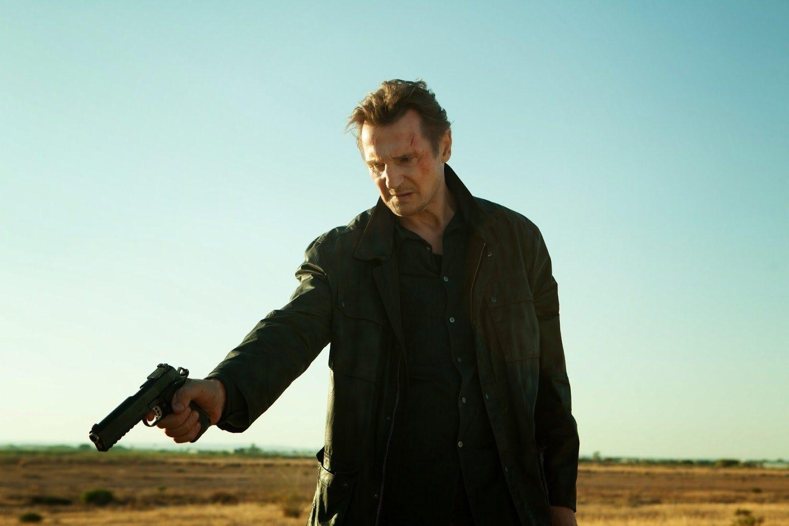 Neeson med vapen i hand