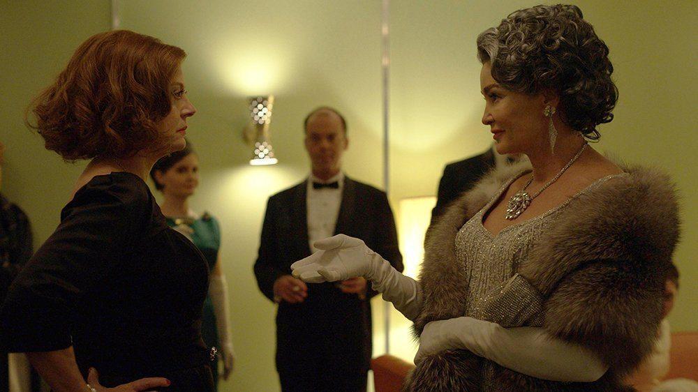 """Susan Sarandon som Betty Davis och Jessica Lange som Joan Crawford i """"Feud: Bette and Joan"""", en av de bästa tv-serierna 2017."""