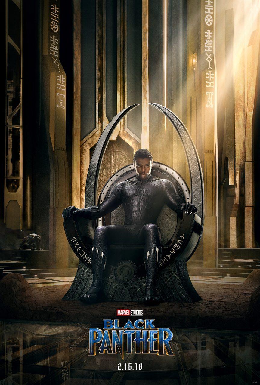 """Filmposter från Marvels """"Black Panther"""". Prins T'Challa sitter på sin tron i sin Black Panther-dräkt."""