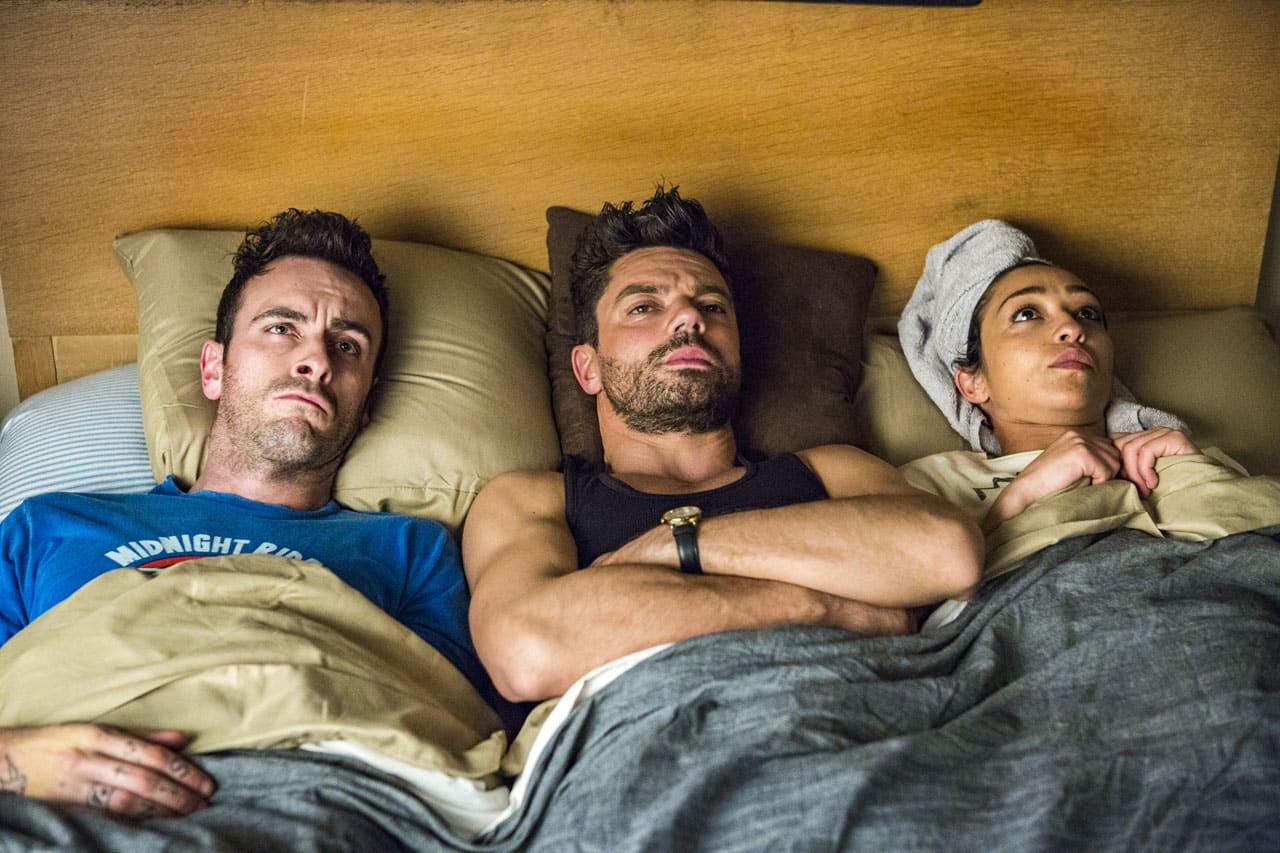 Dominic Cooper, Ruth Negga och Joseph Gilgun delar säng i Preacher