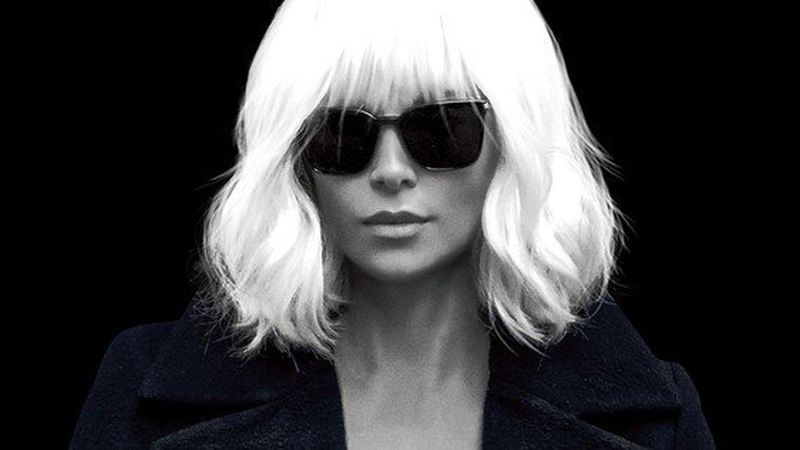 """Charlize Theron poster till """"Atomic Blonde"""", en av de bästa filmerna 2017."""