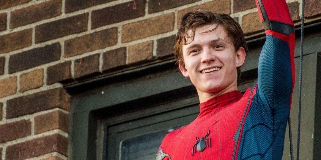 Tom Holland som Spider-Man utan mask vinkandes