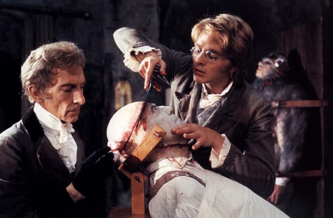 Ur Frankenstein and the Monster from Hell. Två vetenskapsmän håller på att skära av toppen av kraniet på deras skapelse.