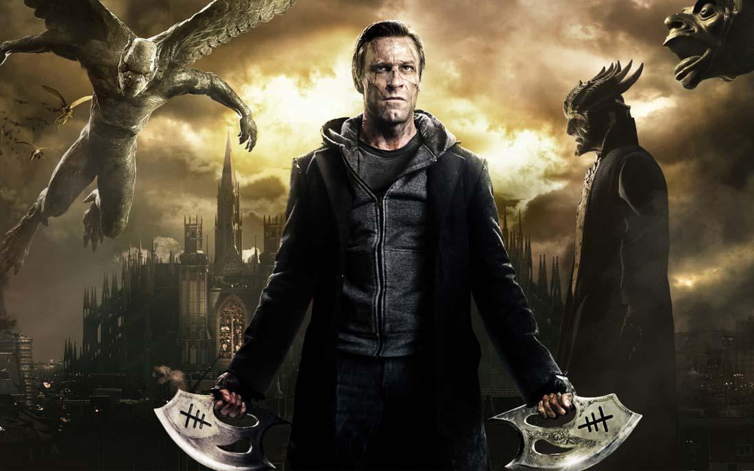 Ur I, Frankenstein. Monstret står i en fantasivärld med två knivliknande vapen i händerna. Runt honom flyger demoner.