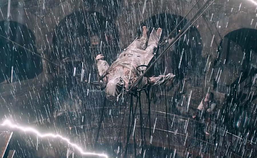 Ur Victor Frankenstein. Frankensteins monster väcks till liv i en regn- och blixtstorm.