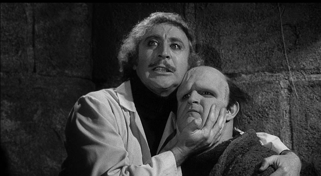 Ur De våras för Frankenstein. Frankenstein håller om sin skapelse som vaknat till liv.