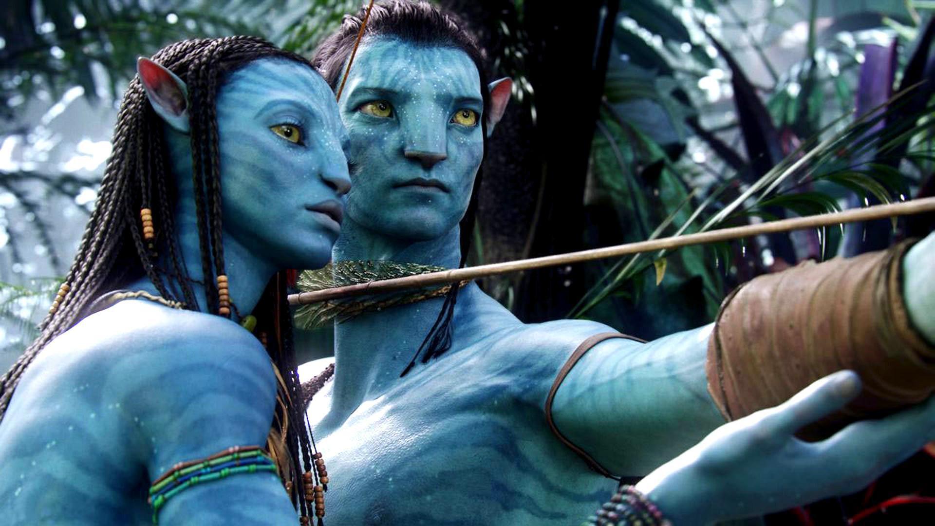 Bild på två Avatarer i skogen.