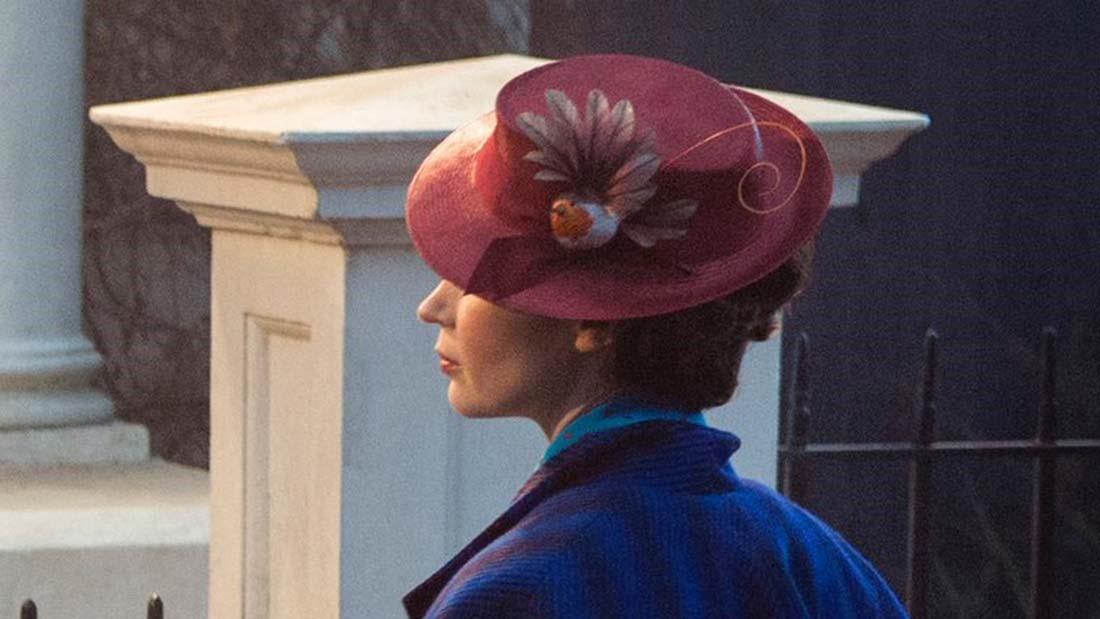 """En bild på Emily Blunt som Mary Poppins i """"Mary Poppins Returns"""". Bilden är tagen snett ifrån sidan och Blunts ansikte syns inte."""