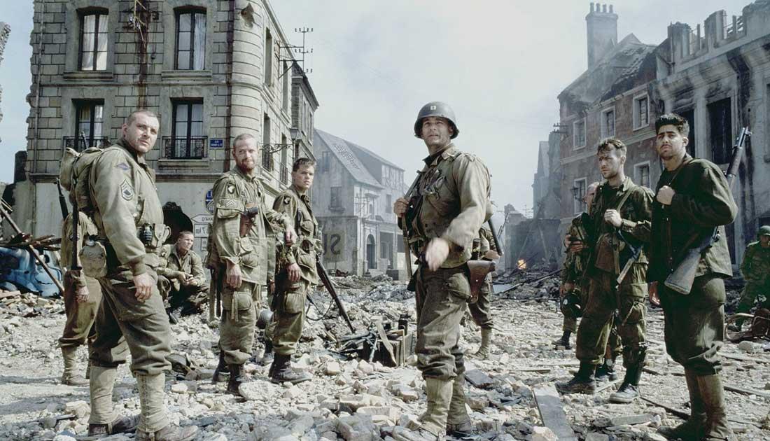Från Rädda meniga Ryan. Soldaterna står samlade i bland ruiner i en sönderbombad stad.