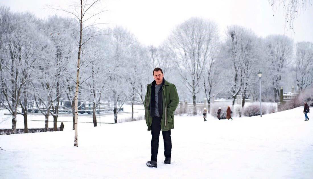 """Snömannen. Michael Fassbender går i ett snöklätt landskap som detektiven Harry Hole i """"Snömannen"""""""