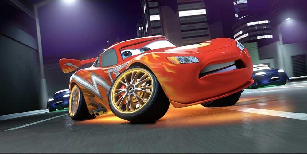 Lightning McQueen (Owen Wilson) tar en skarp kurva i Bilar 3.