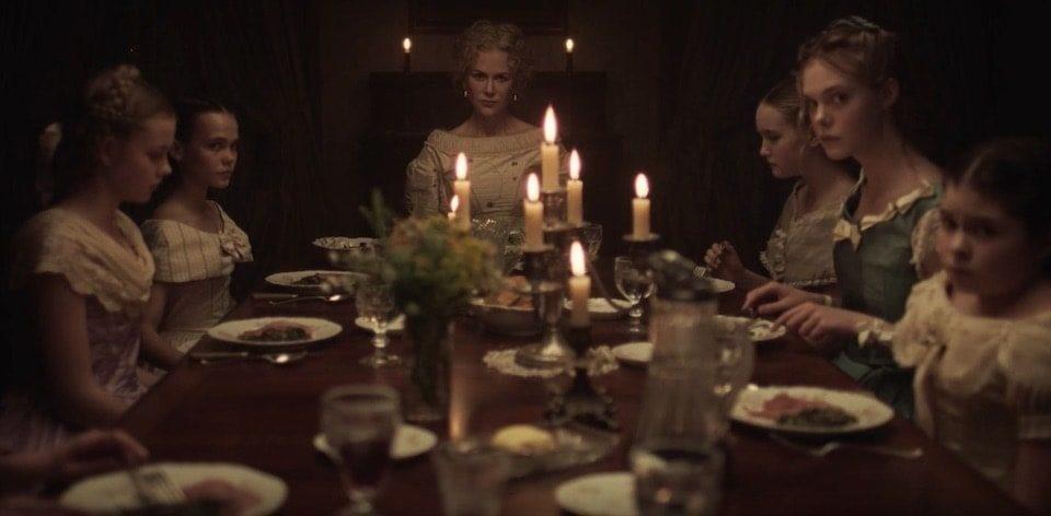 """Medverkande i filmen """"De bedragna"""" sitter vid ett middagsbord"""