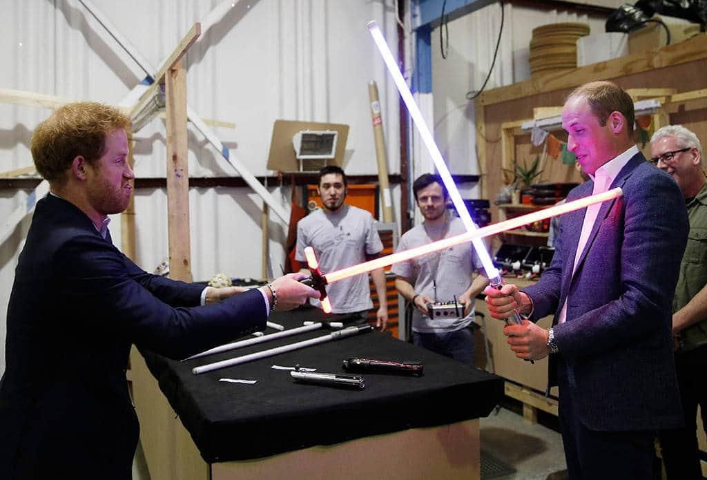 Bild på prins Harry och prins William under inspelningen av Star Wars The Last jadi.