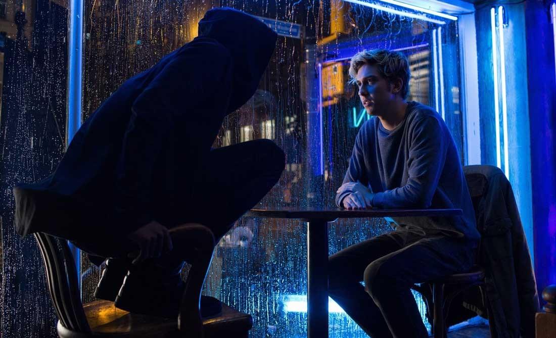 """Ryuk och Light Turner i """"Death Note"""", filmatiseringen av Netflix."""