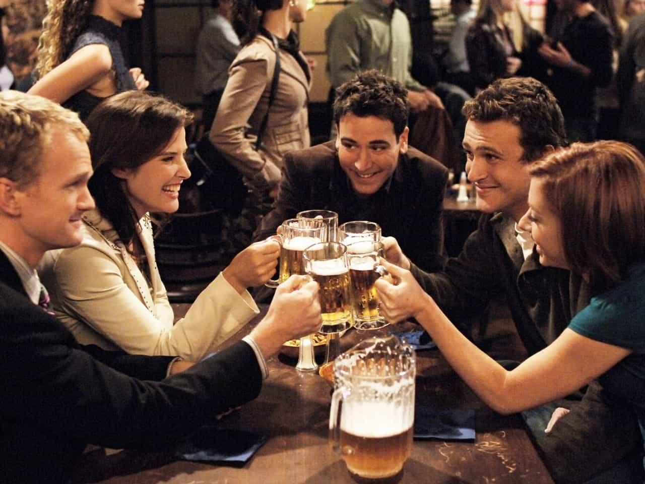 Barney, Robin, Ted, Marshall och Lily skålar i sin favoritpub