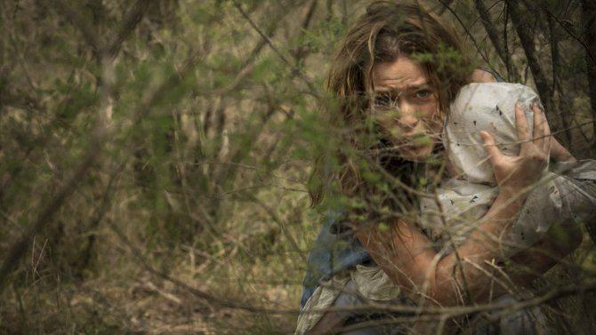 """En kvinna håller om ett barnknyte i """"Killing Ground"""""""