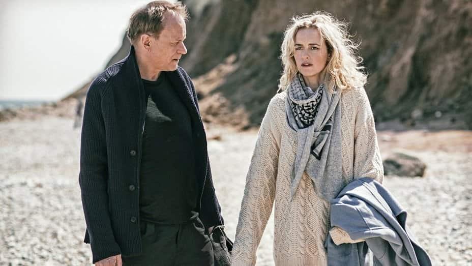 Stellan Skarsgård och Nina Hoss går på stranden i filmen Tillbaka till Montauk