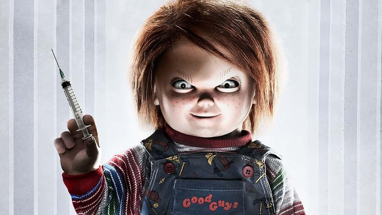 Den onda dockan håller upp en spruta i Cult of Chucky