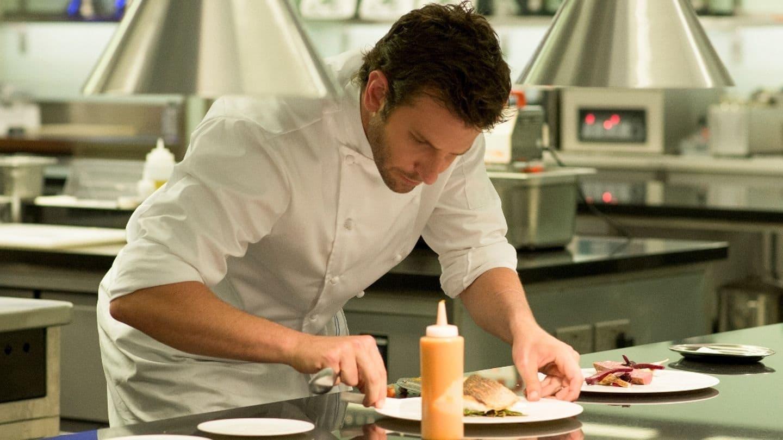 Från filmen Bränd. En kock så framåtlutad över en tallrik i sitt kök.