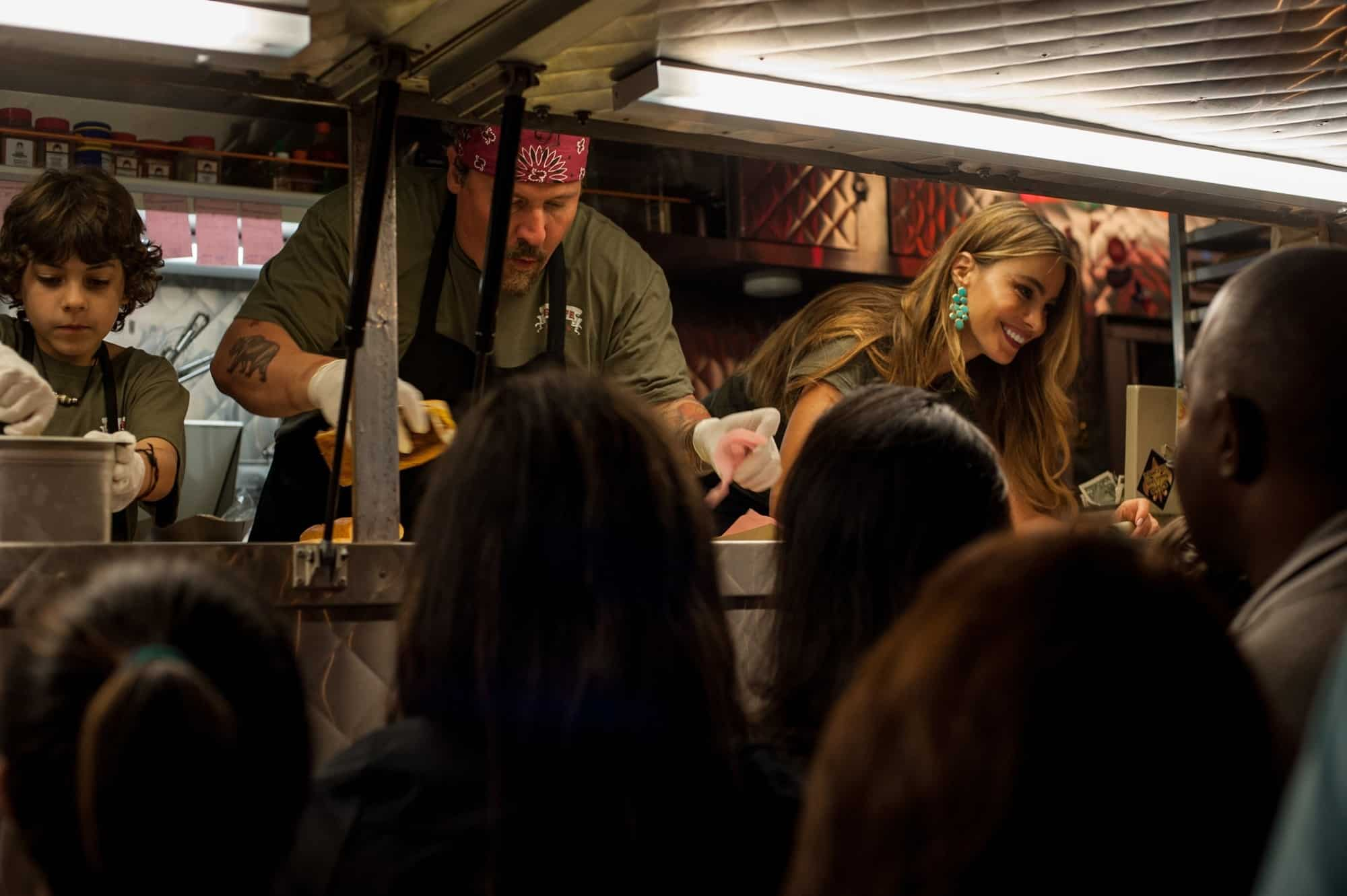 Från filmen Chef. Folk köar utanför en vagn som säljer mat.