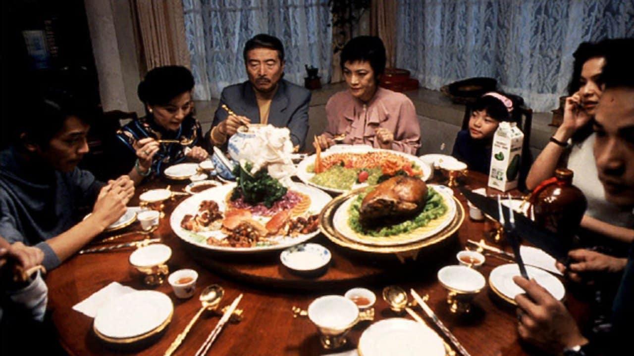 Från filmen Mat, dryck, man, kvinna. En familj sitter runt ett bord och äter mat