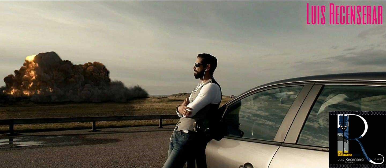 Luis i Luis Recenserar hänger mot en bil