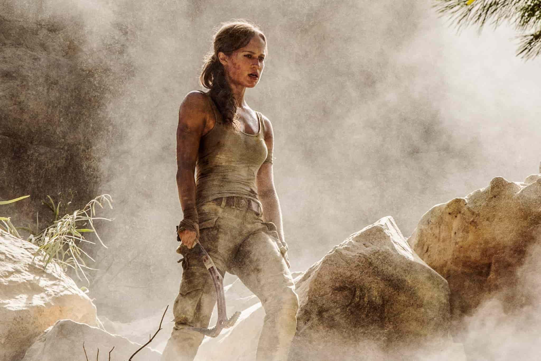 Alicia Vikander som Lara Croft. Smutsig och heroisk