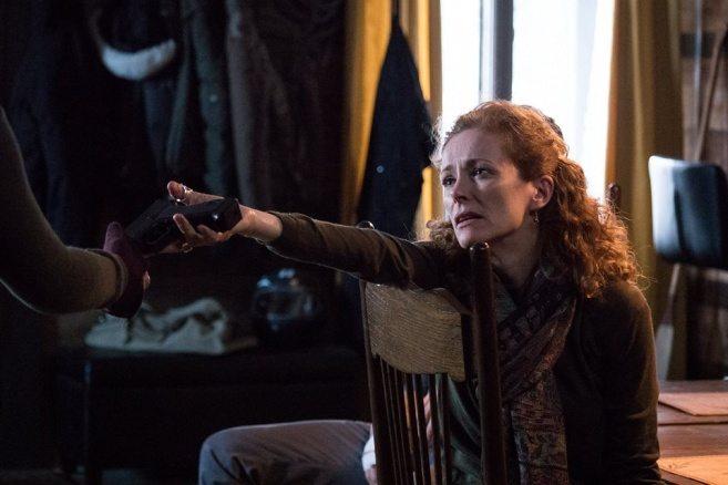 Karaktären Judith ger bort en pistol i Slasher –en bra skräck serie på Netflix