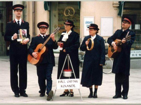 Från Yrrol - En fantastiskt genomtänkt film. Fem personer från frälsningsarmén står på gatan och spelar musik tillsammans.