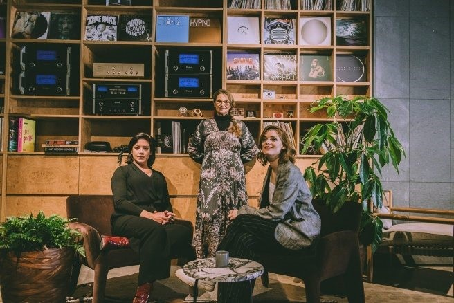 "Suzanne Reuter, Liv Mjönes och Jennie Silfverhjelm i ""All Inclusive"""
