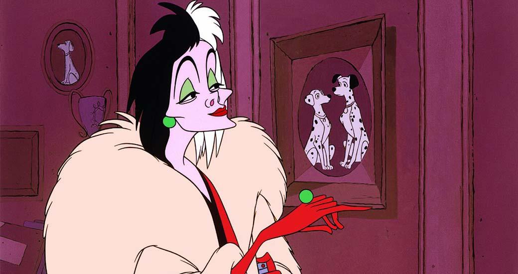Cruella de Vil kollar på en tavla på två dalmatiner.