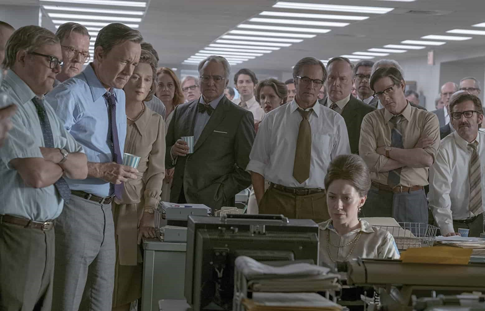 """Här kan vi se en bild på Tom Hanks och Meryl Streep tillsammans med flera journalister - ny bild på """"The Post"""""""