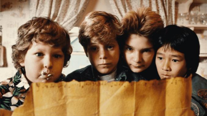 Fyra av huvudkaraktärerna i The Goonies tittar på en karta.