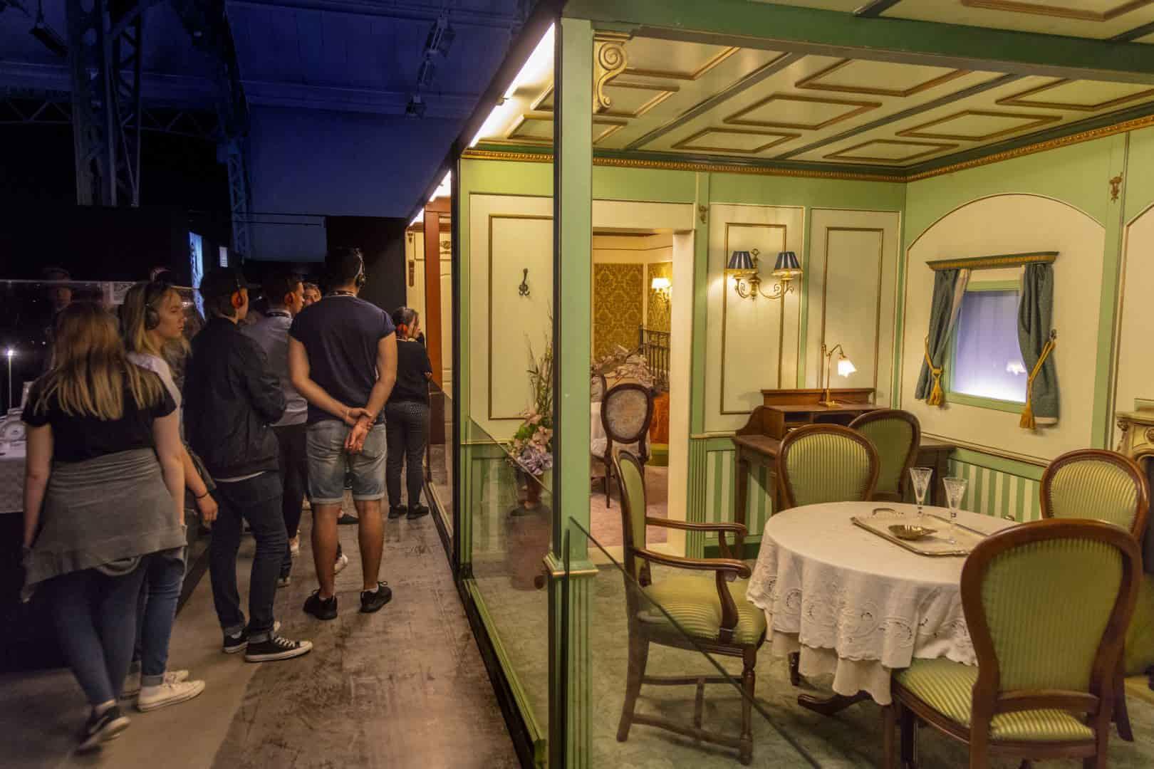 Besökare beskådar de återskapade kopiorna av Titanics lyxhytter.