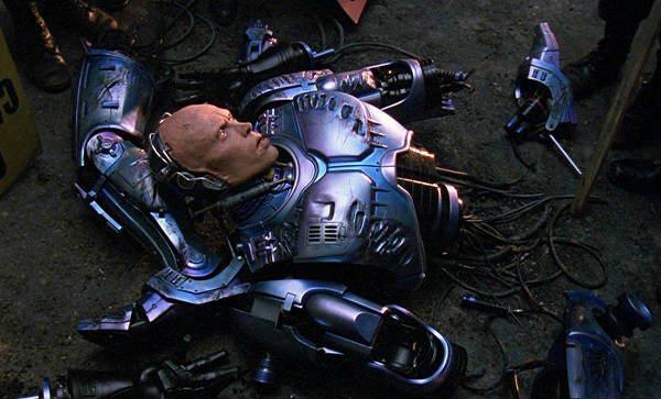 Robocop sönderhuggen i bitar