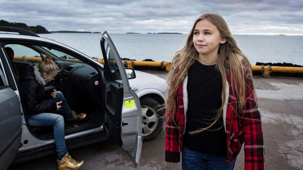 Huvudrollen, Vurpa, i Den lilla sparven kliver runt en bil vid havet.